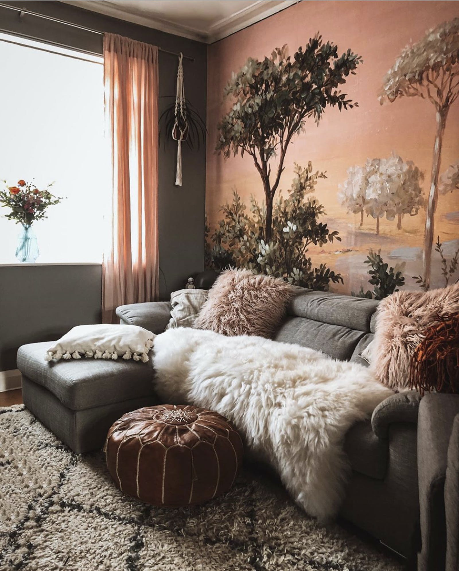 Living room with an Asian-inspired wallpaper and a lot of textures