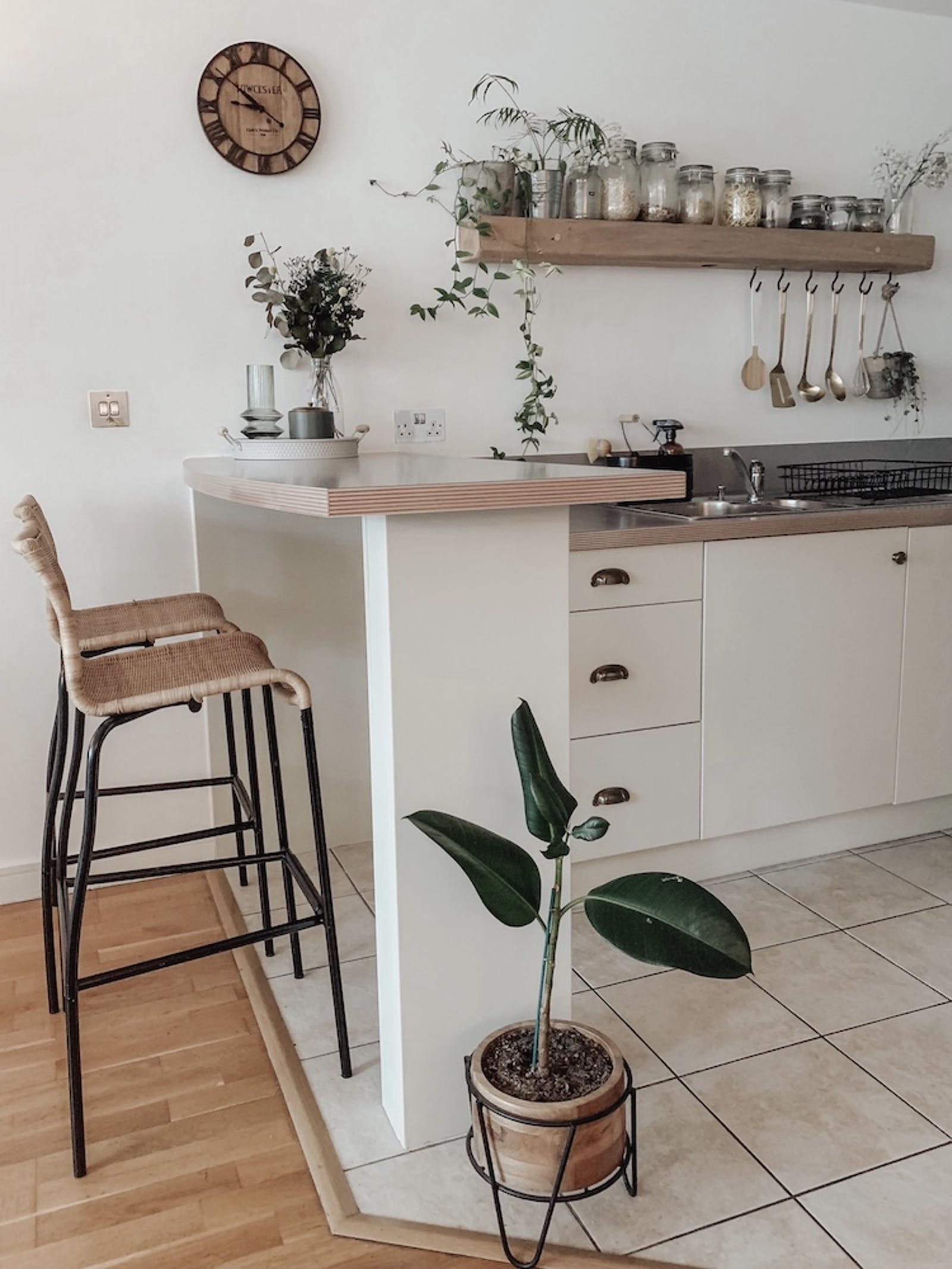 Open-plan kitchen decorated in Lick Beige 01 with open shelving and hanging plants