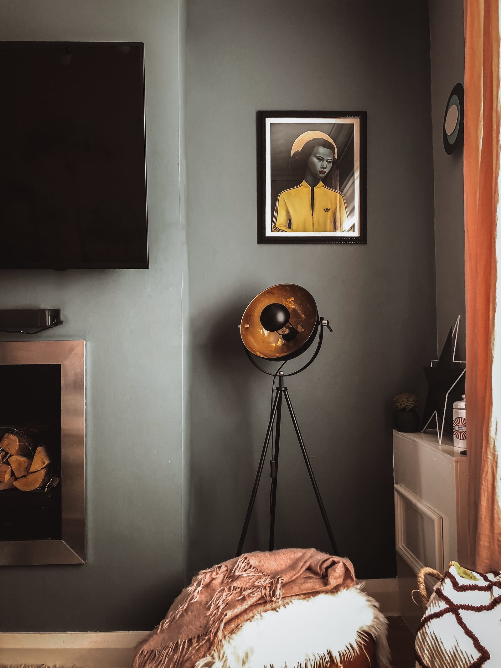 Dark grey wall with a vintage lamp and a Ross Muir art print