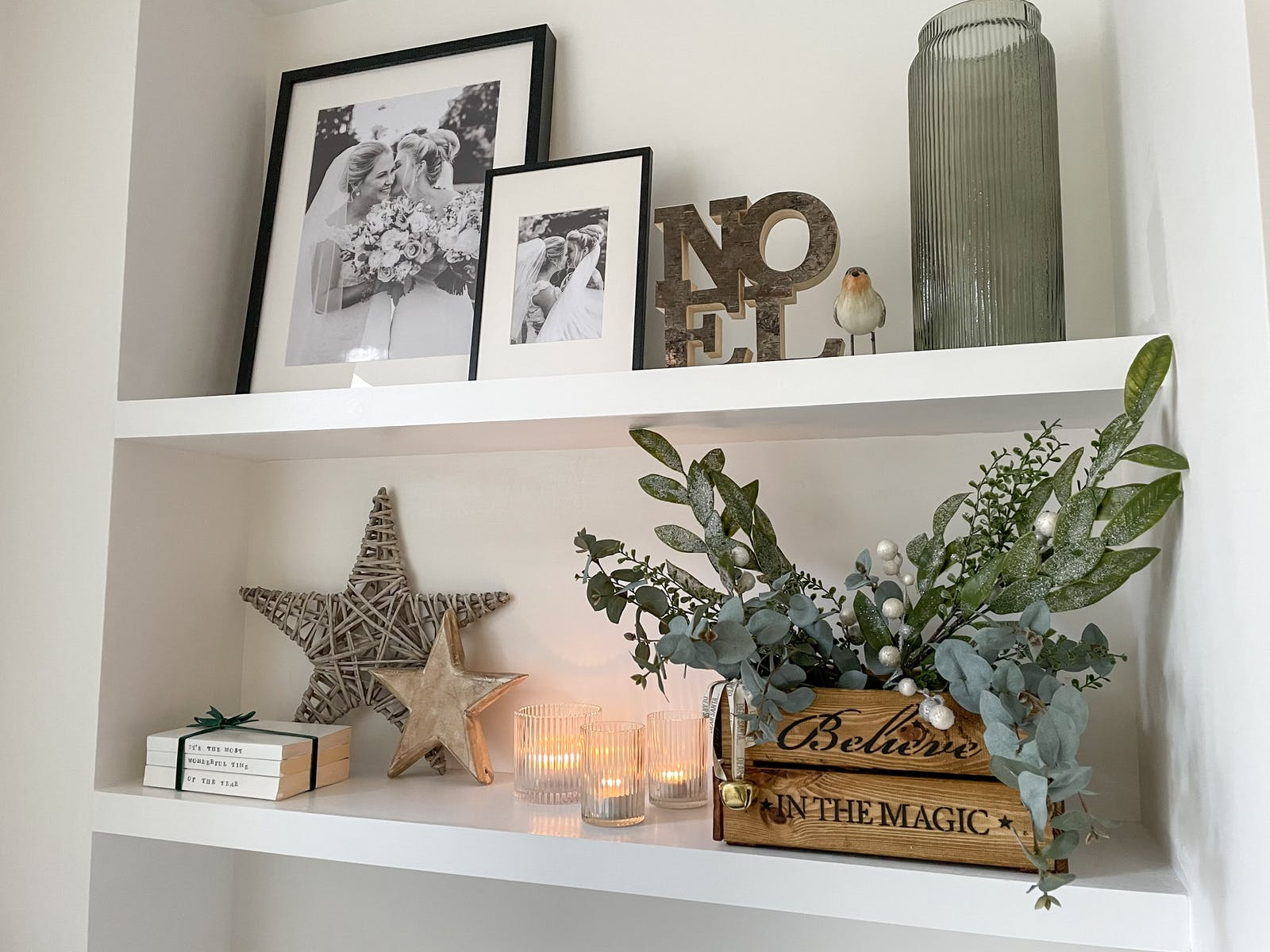 Chrismas decorations on a bookshelf