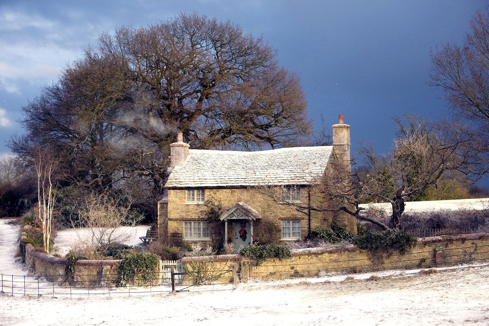 English cottage covered in snow, famous from the movie The Holiday
