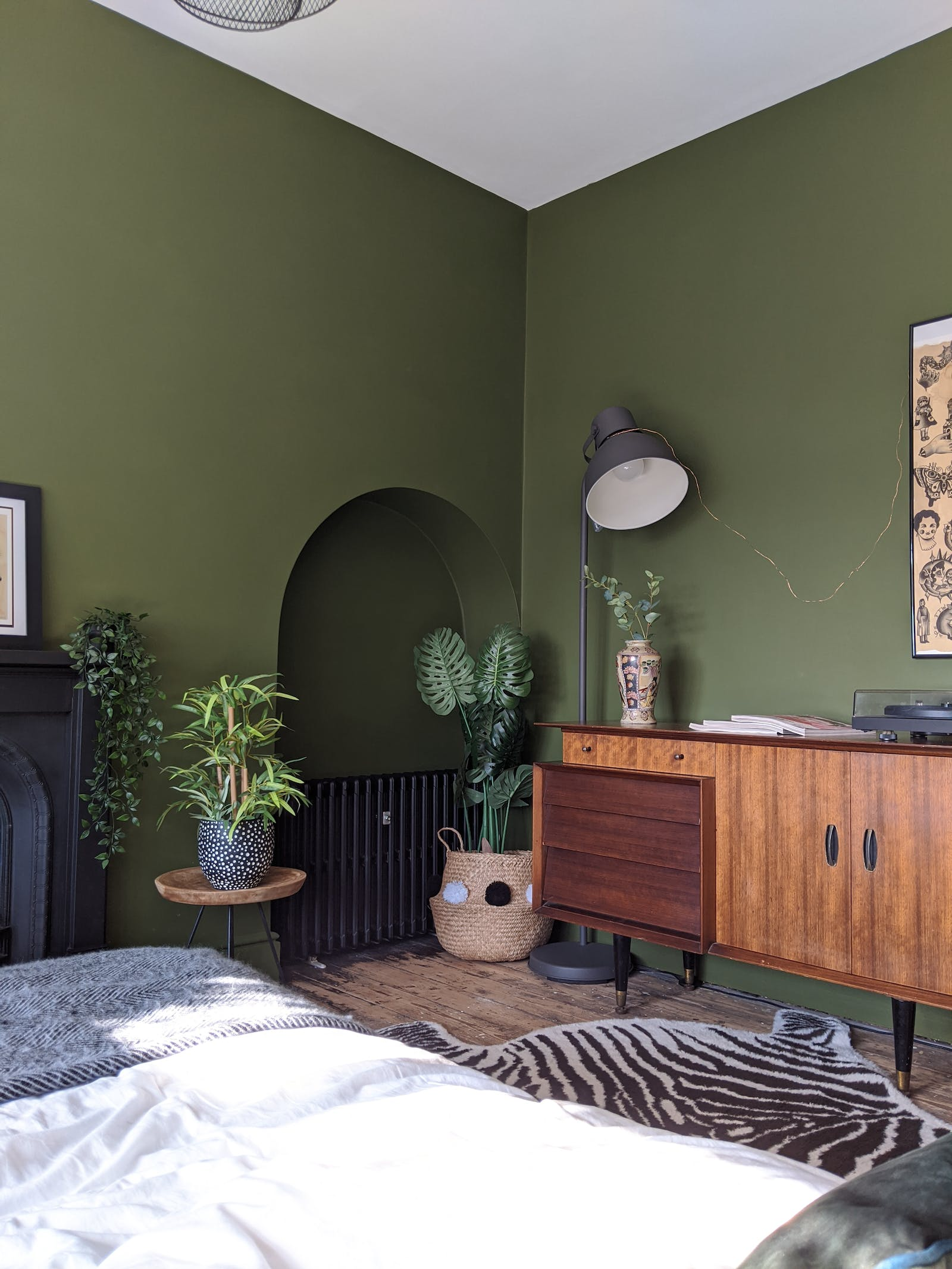 Bedroom in Lick Green 05 decorated with plants