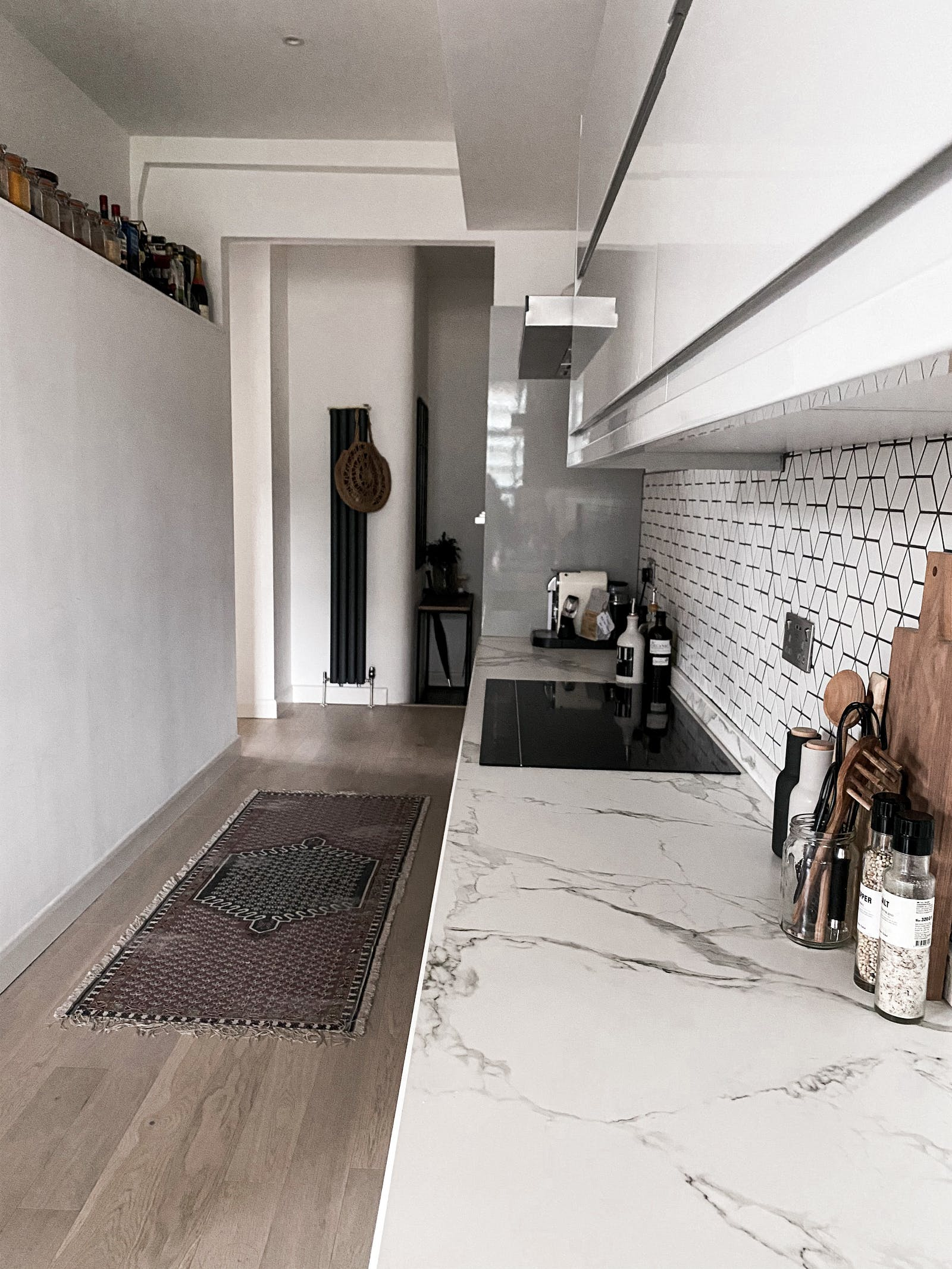 Kitchen area with a marble top and geometric tiles