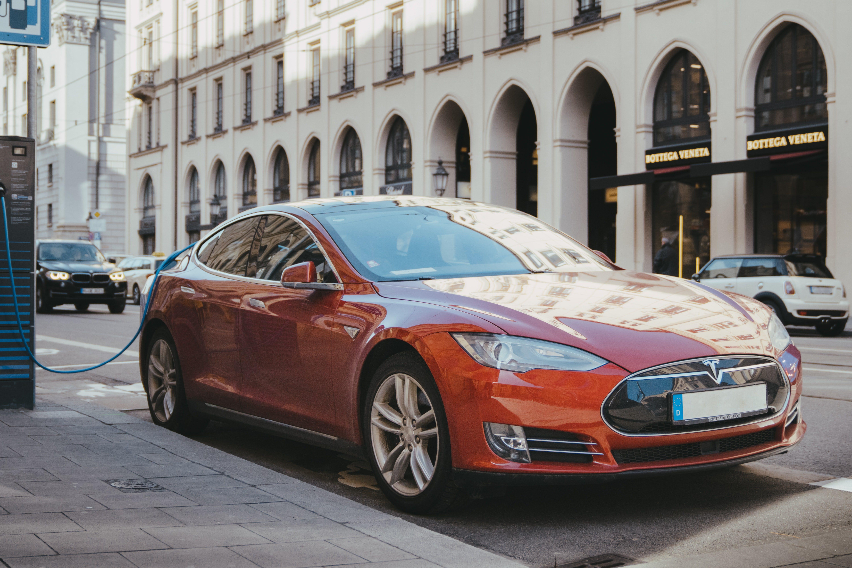 elektrische auto leasen of kopen, elektrische bedrijfswagen, Tesla opladen, laadpaal elektrische auto