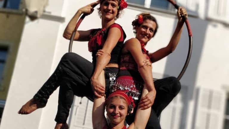 3 Artistinnen posieren auf einem Luftring