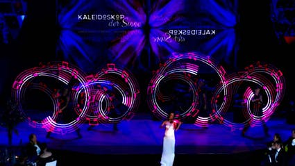 Light-Show with Live-Violine and four Poi-Performers.