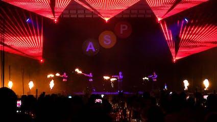 Vier Performer auf großer Bühne spielen Feuer-Lasershow.