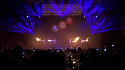 Feuerpoi und Lasershow auf großer Bühne.
