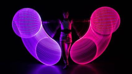 LED-Hula-Hoop Performance mit seitlich leuchtenden Ringen in Berlin.