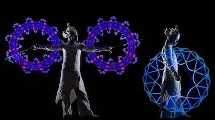 Zwei Performer spielen LED-Lichtshow.
