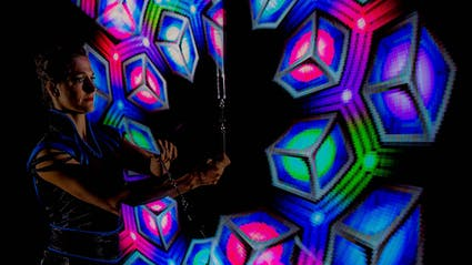 Leuchtjonglage mit Pixel-Poi und Logos in Würfelform.