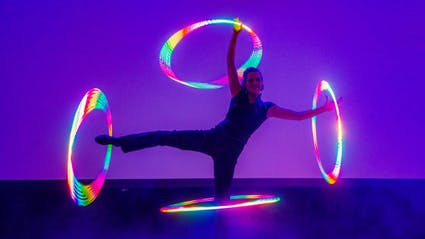 In Glow-Show Hoop-Artist plays four glowing hoops at extended arms and legs.