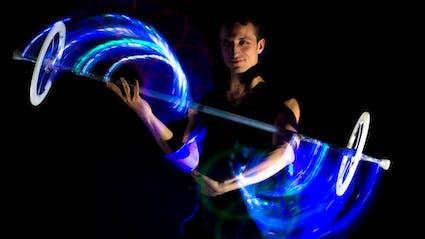 Performer spielt eine Solo-LED-Show mit einem Leuchtstab.