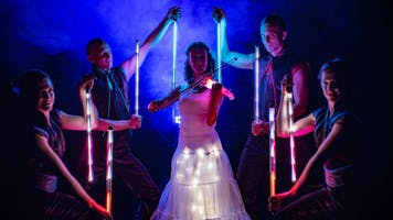 Violin player with LED-violin and light costume framed by artists with pixelpoi.