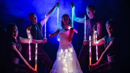 LED-Violine surrounded by performers wit Light-Tools.