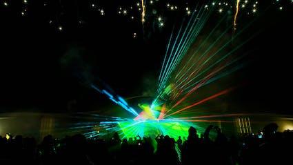 Große Bühne mit Lasershow.
