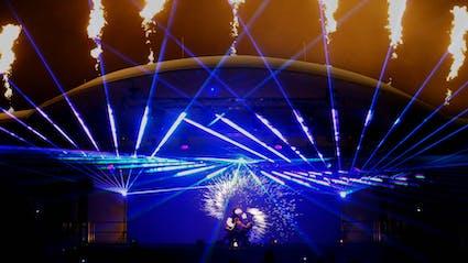 Feuer-Lasershow auf großer Bühne auf öffentlicher Veranstaltung.