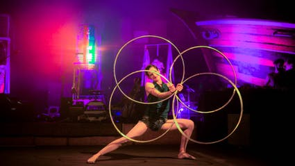 Varieté-Act mit vier Hula-Hoops.