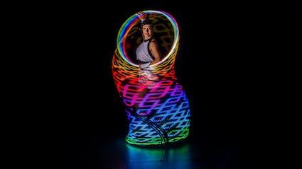 Regenbogen Lichtmalerei mit Hula-Hoop.