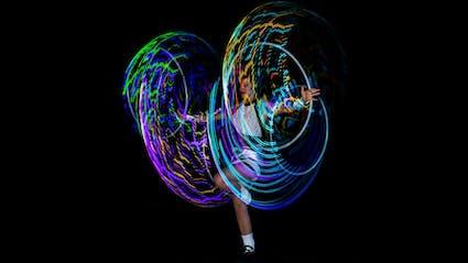 Artistin mit leuchtenden LED-Hula-Hoops.