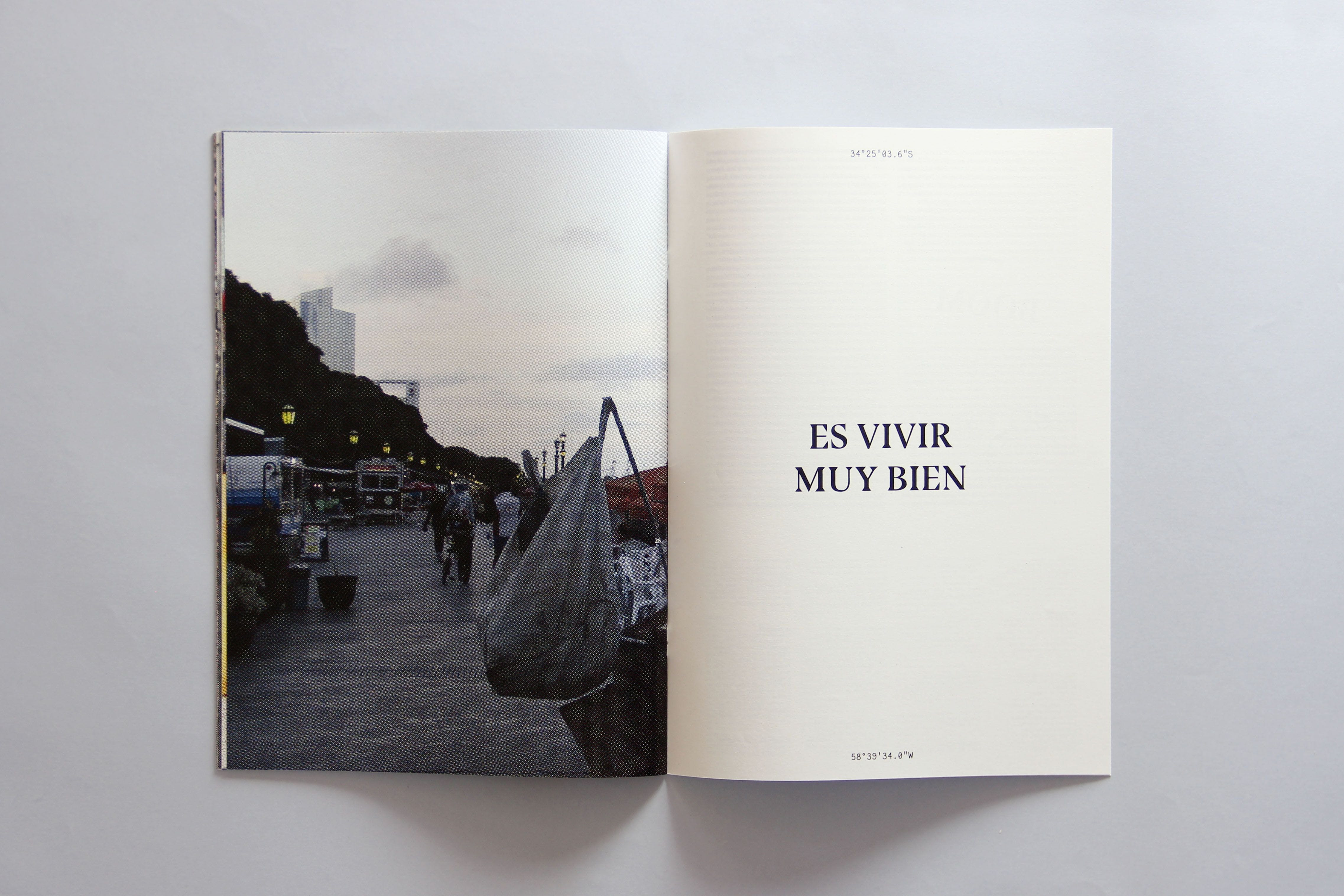 Left page depicts a camp ground, right page has the text ES VIVIR MUY BIEN