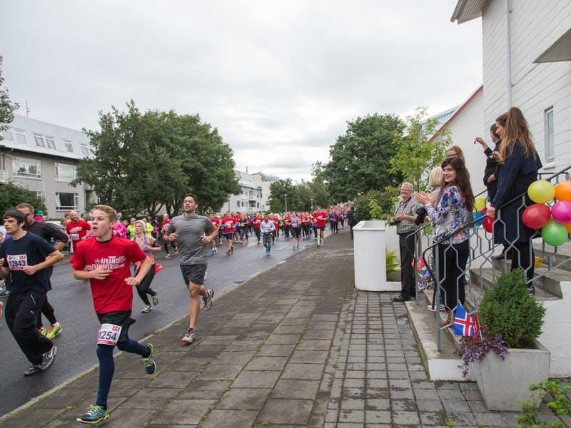 Residents cheering runners on road Lynghagi