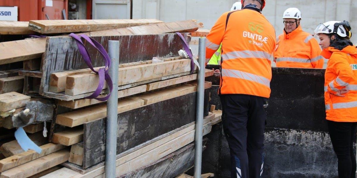 Peab deltar i ett pilotprojekt där överblivet trä på byggarbetsplatsen samlas ihop för att återbrukas. Foto: Peab