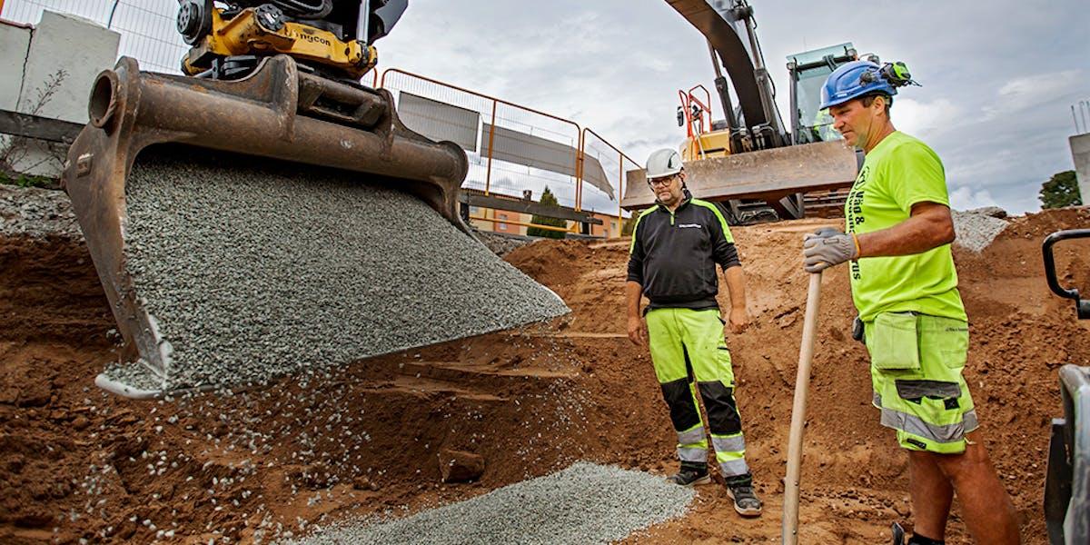 Stefan Lindby är helst ute i jobb, här med medarbetaren Mats-Ola Larsson.