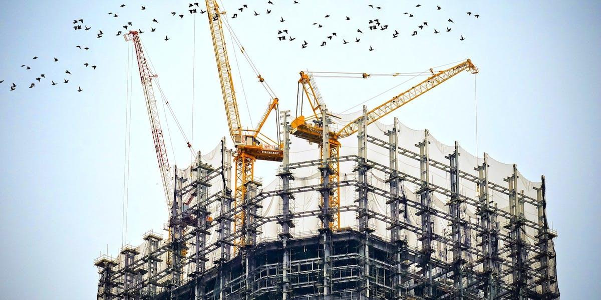 Det går inte rätt till på många byggarbetsplatser och Byggmarknadskommissionen, med förre bostadsministern Stefan Attefall i spetsen, väljer i dag att polisanmäla 12 företag för olika typer av arbetslivskriminalitet.