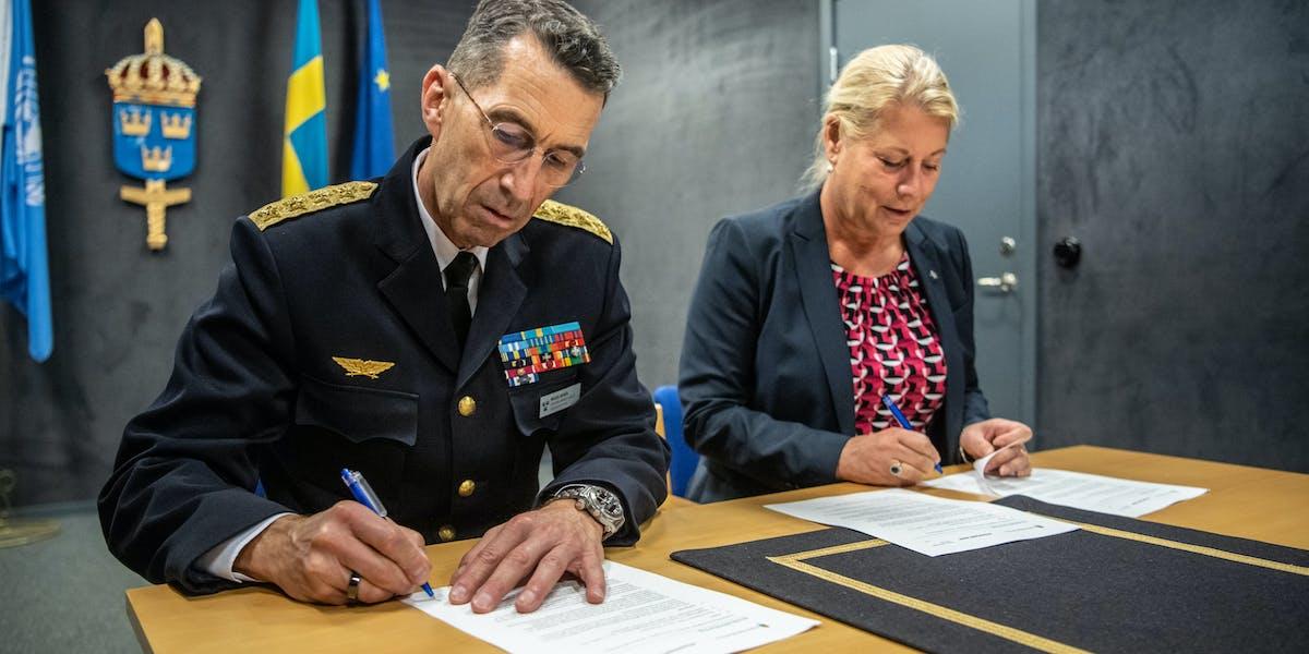 ÖB Michael Bydén och Byggföretagens vd Catharina Elmsäter-Svärd undertecknar en avsiktsförklaring kring samarbete inom personal- och kompetensförsörjning.