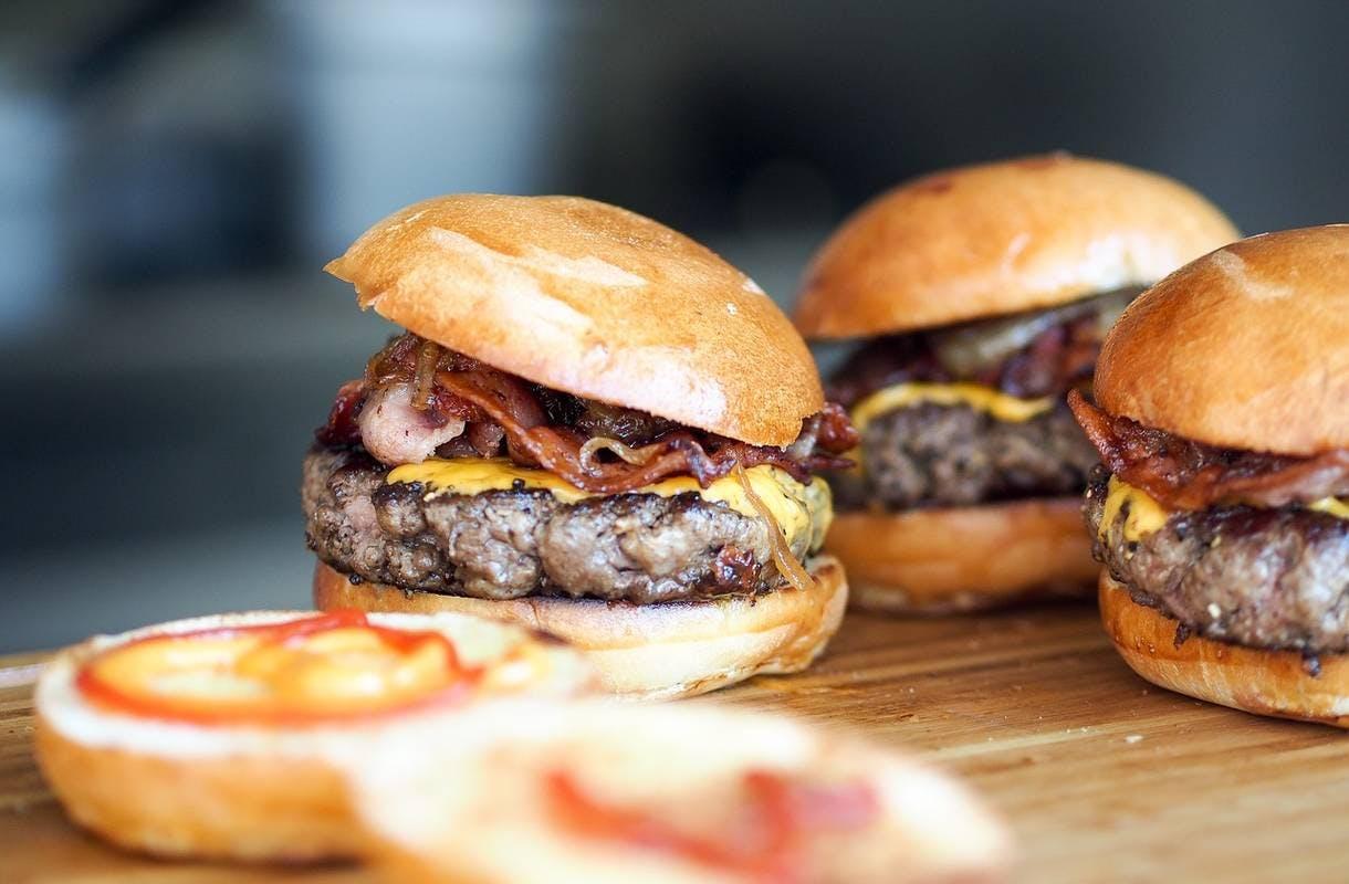 Mistä löytyvät Helsingin parhaat burgerit? Kuusi herkullista ravintolavinkkiä!