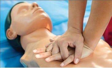 Masajul cardiac - Ce să faci dacă te afli în apropierea unei persoane care a făcut infarct?