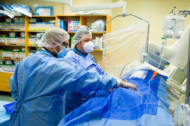 Doctorul Roberto Haret în timpul unei proceduri de angiografie coronariana