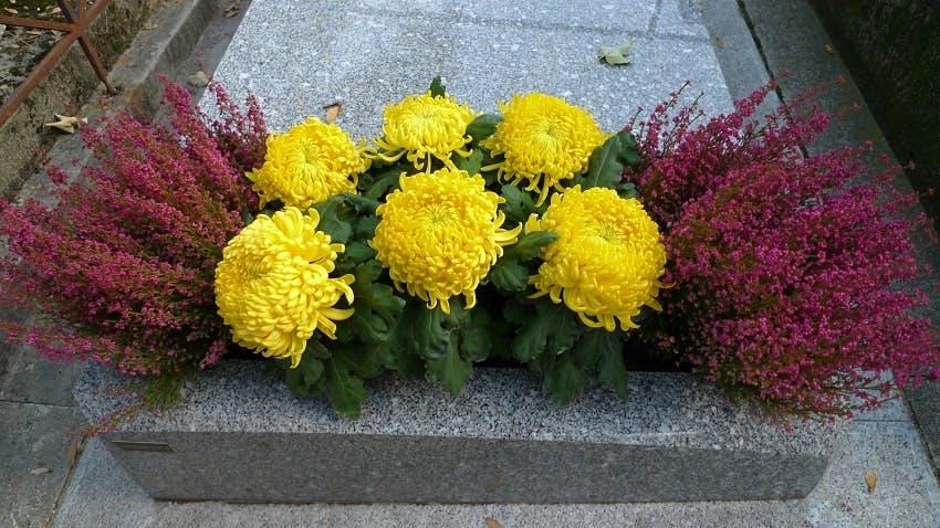 monument funéraire avec jardinière