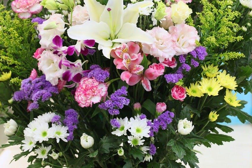 bouquet de deuil  avec fleurs de plusieurs couleurs