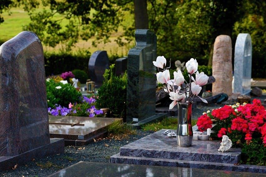 tombes avec fleurs dans un cimetière