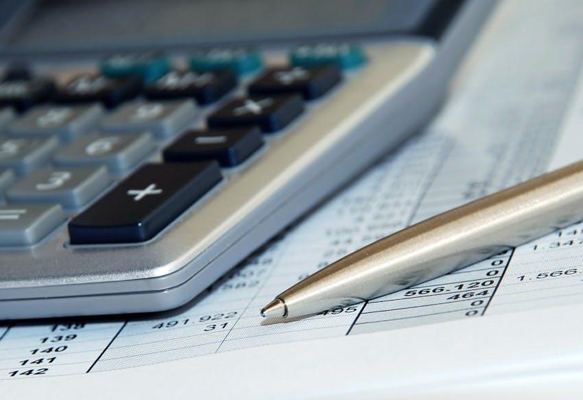 calculatrice et stylo posé sur devis obsèques