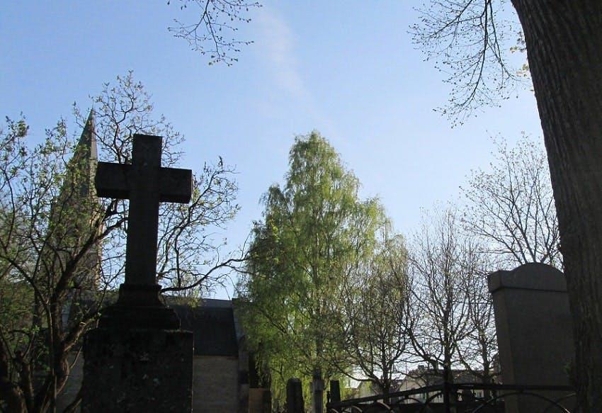 croix tombe dans un cimetière