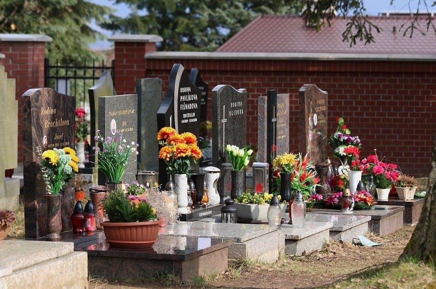 rangée de tombes dans un cimetière