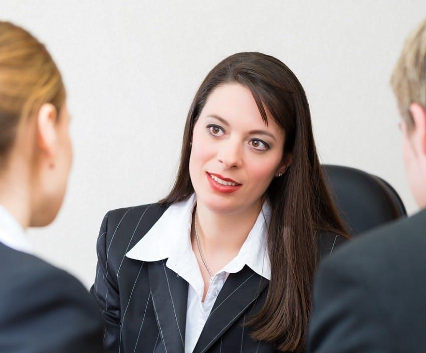 femme qui conseille deux personnes