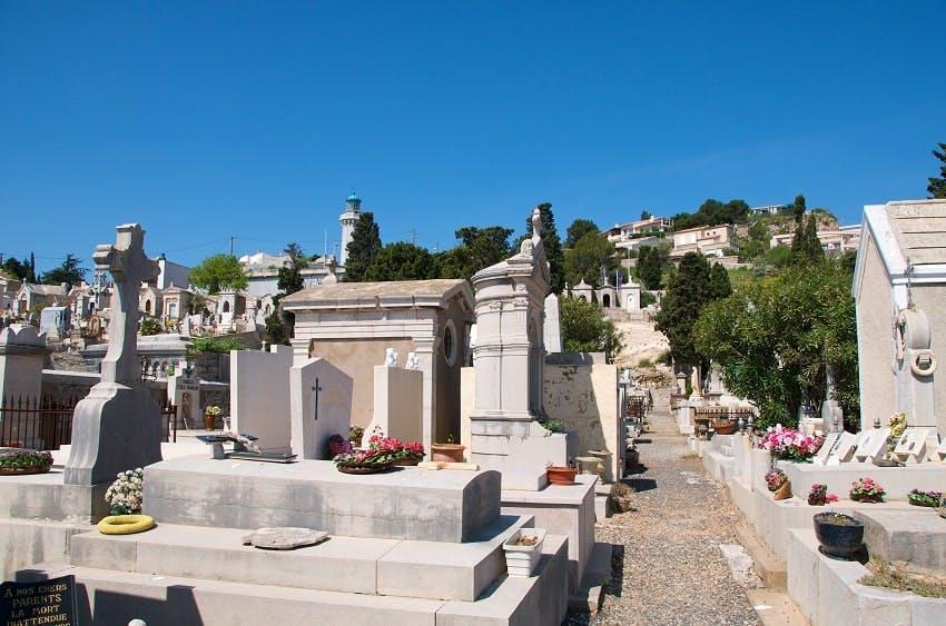 monuments funéraires dans cimetière par belle journée ensoleillée