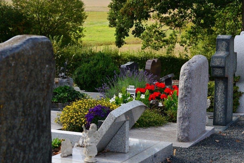 stèles et fleurs cimetière