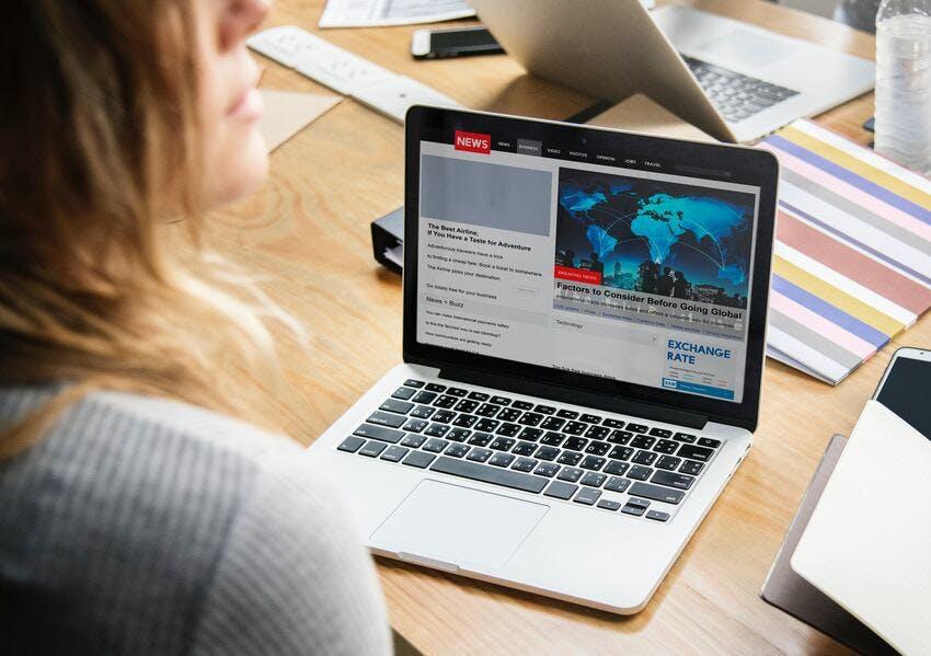woman-news-computer