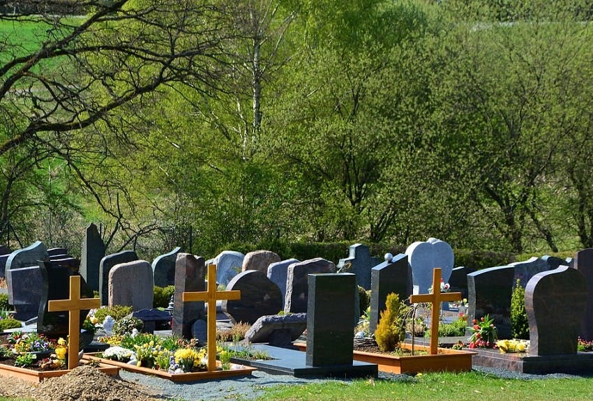 tombes dans un cimetière