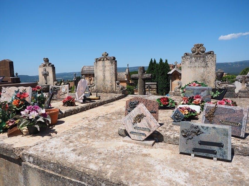 monuments funéraires avec des plaques funéraires