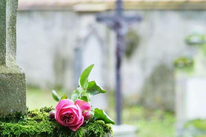 fleurs deuil cérémonie catholique