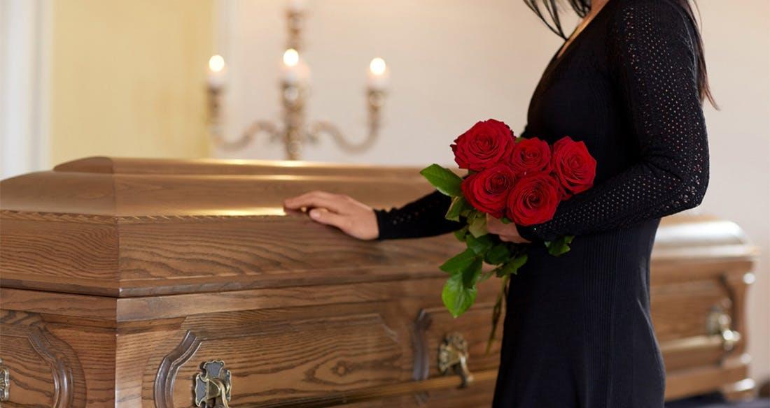 cercueil avec une femme en tenue noire