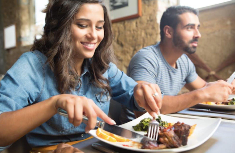 Nainen ja mies syömässä ravintolassa