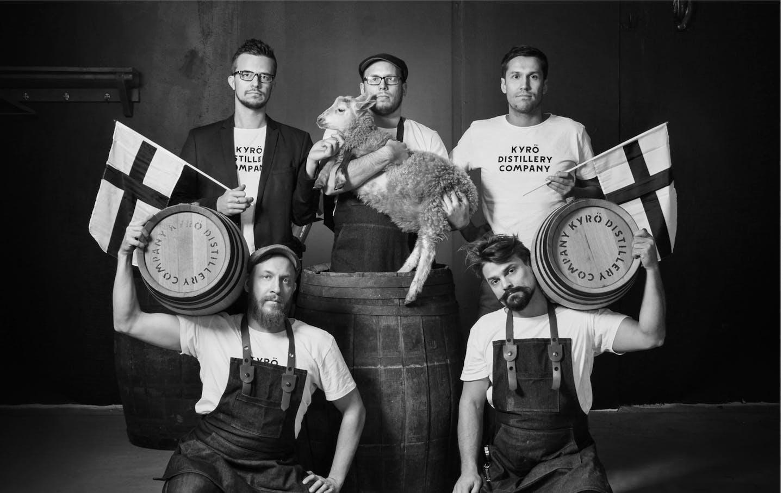 Kyrö Distillery Company:n perustajajäsenet yhteiskuvassa lampaan kanssa