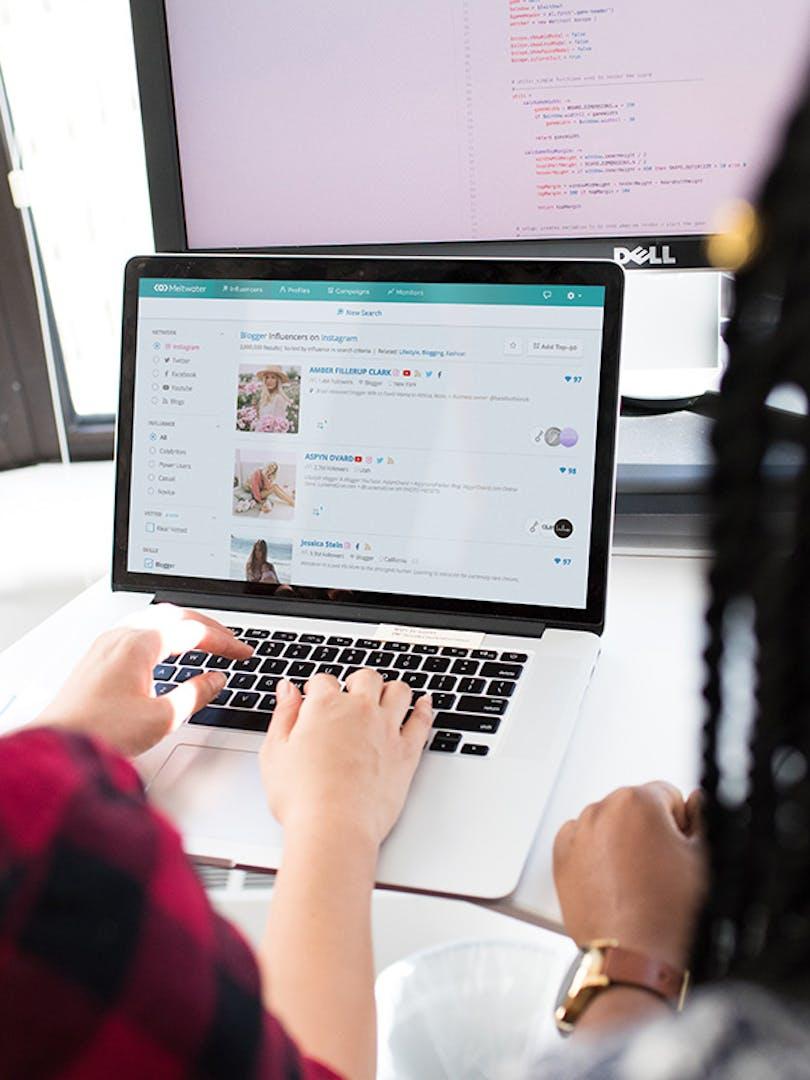 Kaksi henkilöä tietokoneen ääressä katsomassa Social Influencers -työkalua